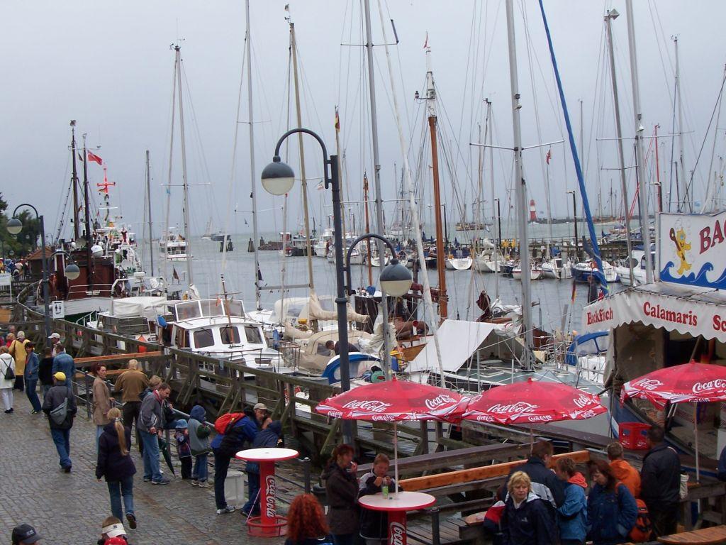 Wie gewohnt: Menschen in Rostock zur Hansesail.